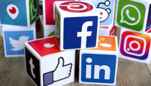 Médias sociaux et mots clés