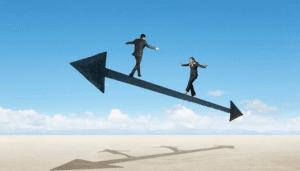 2 personnes_ marchent en équilibre sur une flèche